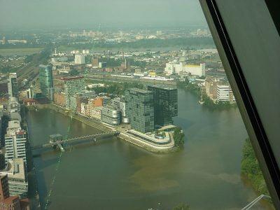 Blick vom Rheinturm auf den Medienhafen