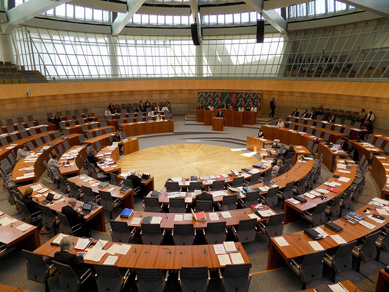 Im schwach besetzten Plenarsaal wurde dennoch munter diskutiert