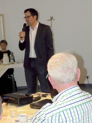 Dr. Pérez-González begrüßt die Teilnehmer.