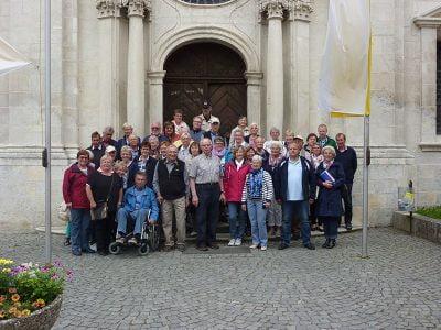 Die Gruppe vor der Klosterkirche
