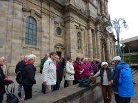 Die Gruppe trifft sich zur Führung am Dom zu Fulda