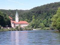 Das Kloster Weltenburg vom Wasser aus gesehen