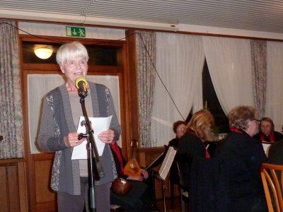 Margret Surmund trägt eine Weihnachtsgeschichte vor