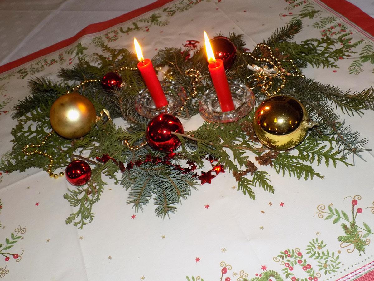 Weihnachtlich-festliche Tischdekoration