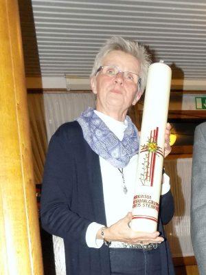 Gisela Hille bekommt eine Kerze für die Kriegergedächtnis-Kapelle