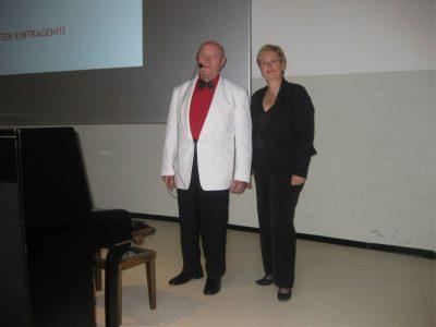 """Die Pianistin Anita Everink (Losser, NL) und Bassbariton Walter Winter (Ochtrup) vom Parkinson-Forum Kreis Steinfurt trugen mit """"Als Büblein klein,"""" """" Wenn auch die Jahre enteilen"""" und """"Ich war noch niemals in New York"""" auf musikalische Weise zum Gelingen der Veranstaltung des UKM bei und ernteten den verdient großen Applaus."""