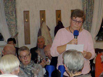 Veronika Trötschler bedankt sich im Namen des Vereins beim Vorstand