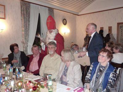 Der Nikolaus verteilt Geschenke...