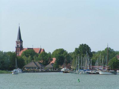 Blick vom Bodden auf den Wustrower Hafen