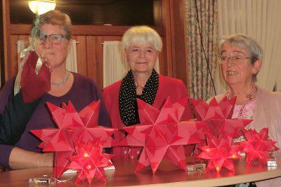 Veronika Trötschler, Margret Surmund und Irene Borgs:Leuchtende Sterne als Dank für den Vorstand.