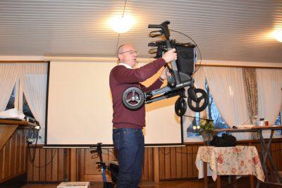 Jürgen Perick zeigt einen speziellen Parkinson-Rollator.