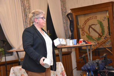 Hilfsmittel, die den Alltag für Parkinsonpatienten erleichtern, zeigte Karen Krümpel.