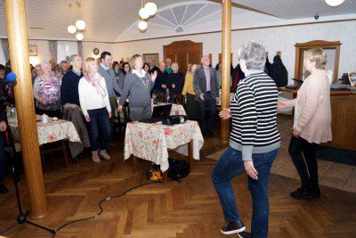 Flotte Gymnastik zum Auftakt mit Angelika Relt und Angelika Sörgel.