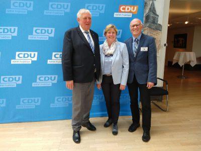 Minister für Arbeit, Gesundheit und Soziales des Landes Nordrhein-Westfalen, Karl-Josef Laumann und Landesbehinderten- und -patientenbeauftragte Claudia Middendorf mit Reiner Krauße.