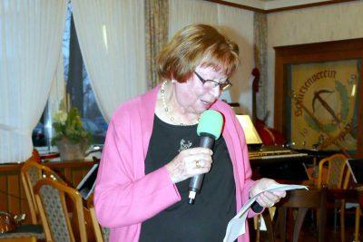 Helga Wehry liest die Geschichte vom Baumwollfaden.
