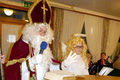 Der Nikolaus schaut ins Buch: Wie war das Jahr? Wir waren sehr aktiv...