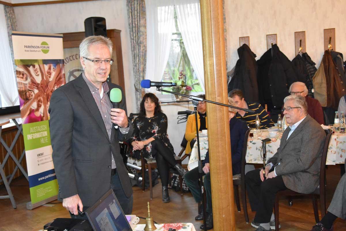 Dr. Kusch referiert mit dem Mikrofon in der Hand