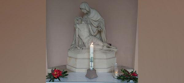 angezündete Kerze in der Kapelle