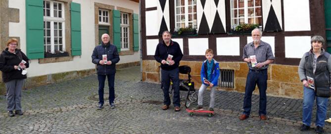 Auf dem Bild zu sehen vor einer Fachwerkhaus-Kulisse: Dorothea Stauvermann, Reiner Krauße, Rolf Hötker , Sverre Schengel, Hagen Libeau, Elvira Hüging.